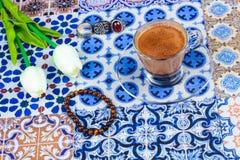 Taza de café árabe en un fondo colorido oriental foto de archivo