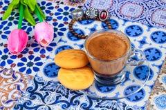 Taza de café árabe en un fondo colorido oriental fotos de archivo libres de regalías