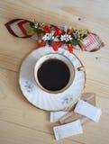 Taza de café adentro en el vector de madera Fotografía de archivo libre de regalías