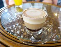 Taza de café agradable en una tabla Imagenes de archivo