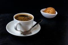 Taza de café aislada en fondo negro Fotos de archivo