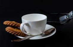 Taza de café aislada en fondo negro Imágenes de archivo libres de regalías