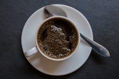 Taza de café aislada en la opinión superior del fondo negro Fotos de archivo libres de regalías