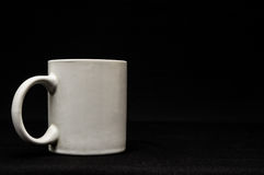 Taza de café aislada en negro Fotos de archivo libres de regalías