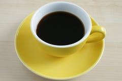 Taza de café amarilla imagen de archivo