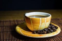 Taza de café amarilla Imagenes de archivo