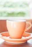 Taza de café anaranjada con el tiro del café express imágenes de archivo libres de regalías