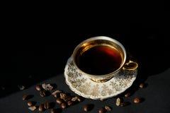 Taza de café antigua con los granos de café Imagen de archivo libre de regalías