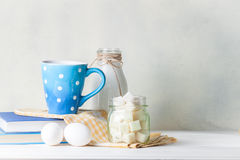 Taza de café azul Imagen de archivo libre de regalías