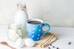 Taza de café azul Imagenes de archivo