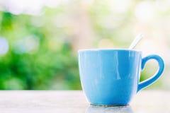 Taza de café azul para beber y el concepto de las bebidas imagenes de archivo
