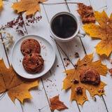 Taza de café blanca con las galletas de harina de avena, otoño fotografía de archivo libre de regalías