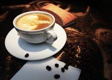 Taza de café blanca con las habas Imagen de archivo
