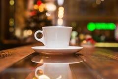 Taza de café blanca con los granos Fotografía de archivo