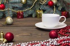 Taza de café blanca con los juguetes de la Navidad Imagen de archivo