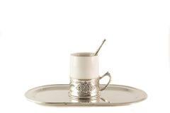 Taza de café blanca de la porcelana con la cuchara de plata en la bandeja Imagenes de archivo