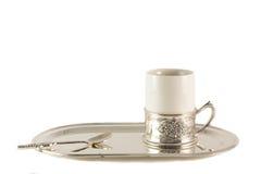 Taza de café blanca de la porcelana con la cuchara de plata en la bandeja Fotografía de archivo libre de regalías