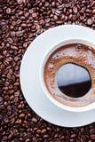 Taza de café blanca en los granos de café Visión superior Imagenes de archivo