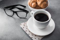 taza de café caliente con el cruasán sabroso en la tabla de piedra Fotografía de archivo