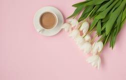 Taza de café caliente con el ramo del tulipán Imagen de archivo
