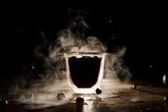 Taza de café caliente con el vapor situado en la tabla fotografía de archivo libre de regalías