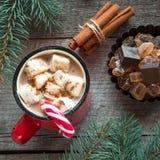 Taza de café caliente con la leche, bastón de caramelo rojo en el fondo de madera Año Nuevo Tarjeta del día de fiesta Estilo rúst Fotos de archivo