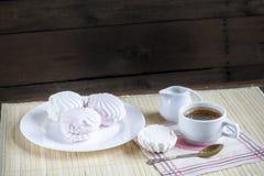 Taza de café caliente con los libros, la leche y las flores en la tabla de madera Fotos de archivo libres de regalías