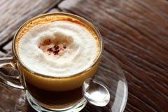 Taza de café caliente del latte en jardín Foto de archivo libre de regalías