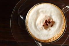 Taza de café caliente del latte en jardín Imagenes de archivo