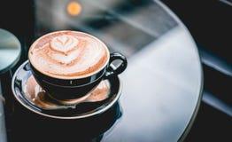 Taza de café caliente en cafetería fotografía de archivo