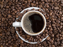 Taza de café y de granos Fotos de archivo libres de regalías