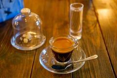 Taza de café caliente en la tabla Fotografía de archivo