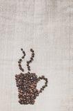 Taza de café caliente en un fondo de la tela de lino Fotografía de archivo