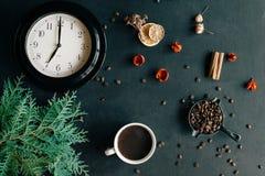 Taza de café caliente en un fondo negro, horas de mañana Fotografía de archivo