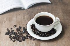 Taza de café caliente en un viejo Foto de archivo