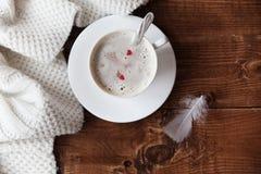 Taza de café caliente en una tabla de madera Foto de archivo libre de regalías