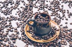 Taza de café caliente La decoración del cuarto en la cafetería Imágenes de archivo libres de regalías