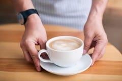 Taza de café caliente y de alimentación imagen de archivo