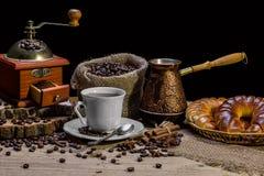 Taza de café caliente y de cruasanes frescos, aún vida Fotografía de archivo libre de regalías