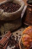 Taza de café caliente y de cruasanes frescos, aún vida Imagen de archivo