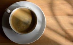 Taza de café cerca de la ventana Imagenes de archivo
