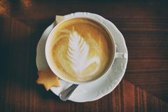 Taza de café con arte del capuchino imagenes de archivo