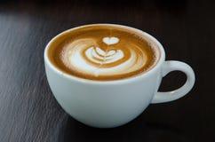 Taza de café con arte hermoso del latte Foto de archivo libre de regalías