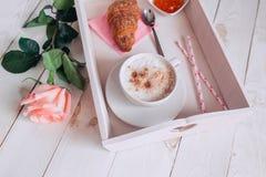Taza de café con buena mañana del cruasán, de la rosa, del atasco y de las notas en la tabla rústica blanca desde arriba, acogedo Fotos de archivo libres de regalías