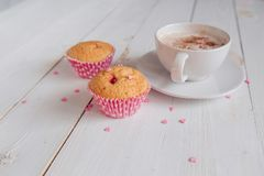 Taza de café con buena mañana de la torta y de las notas en la tabla rústica blanca desde arriba, acogedor y sabroso desayuno Foto de archivo libre de regalías