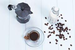 Taza de café con café, azúcar y leche Fotografía de archivo libre de regalías