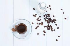 Taza de café con café, azúcar y leche Fotos de archivo libres de regalías