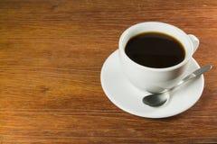Taza de café con café en él en un vector de madera Fotografía de archivo libre de regalías