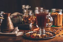 Taza de café con Cezve y las especias orientales imagenes de archivo