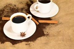 Taza de café con cinamomo Fotos de archivo libres de regalías